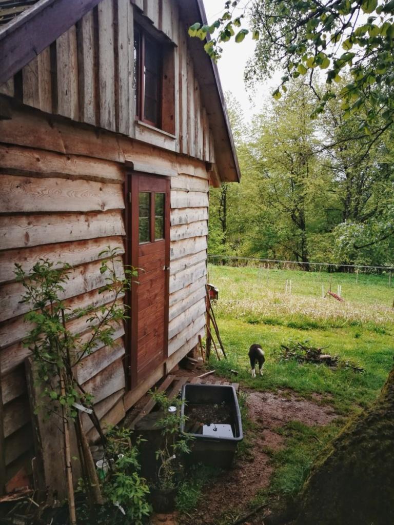 Vista de la cabaña en la que vive otra familia