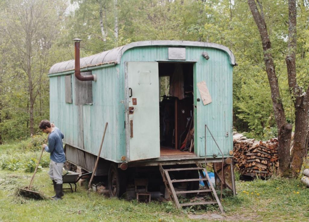 """Vista de la caravana o """"gipsy caravan"""", primera vivienda de una de las familias y ahora lugar donde se alojan las visitas o voluntarios"""